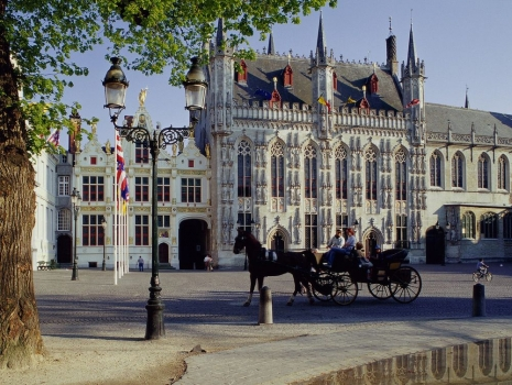 Horse-Drawn_Carriage_Town_Hall_Brugge_Belgium.jpg