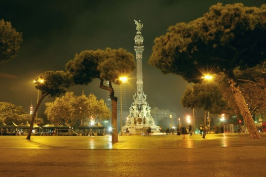 barcelona_estatua_colon_noche_muralesyvinilos_26869885__Monthly_XL.jpg