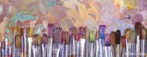 Murales Brochas de distintos colores con fondo pintado
